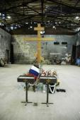 002. Поклонный крест в центре спортзала. Уже 3-й, предыдущие два ломали и спиливали