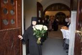 002. Его королевское высочество принца Кентского Майкла сестры Марфо-Мариинской обители встречали у входа в Покровский храм