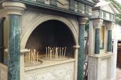 003. Свечи здесь по традиции ставят в песок. Эти подсвечники стоят на улице у храма святителя Спиридона