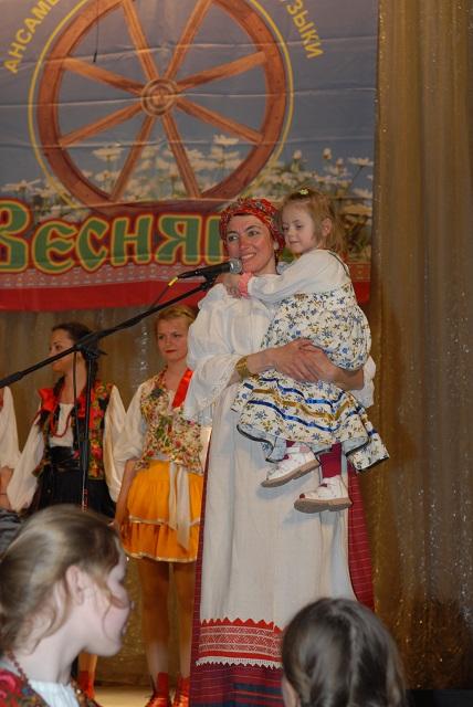 036. На руках у Елены Георгиевны - ее младшая третья дочка - Ирочка