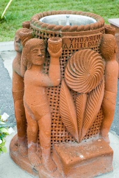 037. Памятник, указывающий на смертельную муку жажды погибших детей