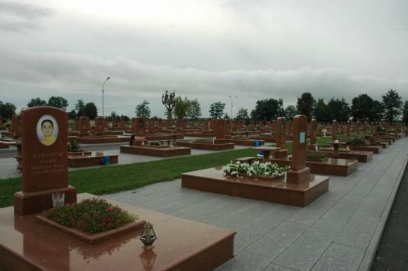 039. Мемориальное кладбище поражает своими размерами. В теракте погибло 333 человека