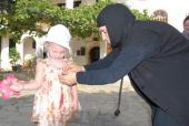 041. Заботливая матушка-игумения завязывает бантик на платье у дочки
