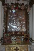 049. Чтимая икона великомученика Димитрия Солунского, перед ней ларец с мощами великомученика Пантелеимона