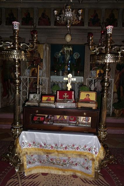 108. Святыни монастыря выставлены для всеобщего поклонения перед алтарем