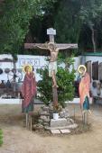 115. Внутренний двор монастыря с деревянным распятием. Богородица и Иоанн Богослов в молитве по обе стороны от креста.