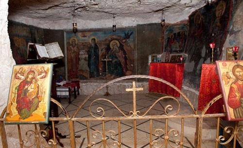 14. Место в пещере, где молился Илия Пророк за 800 лет до Рождества Христова и Богоотец Иоакимм