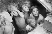 005. Дети прячутся от бомбежки в конце июня 1941 г.